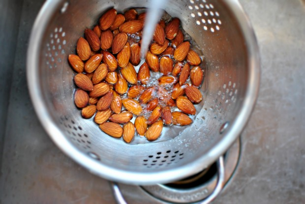 how to blanch almonds rinse