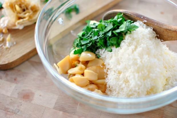 Roasted-Garlic Garlic Bread l www.SimplyScratch.com roasted garlic in da bowl