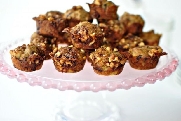 Banana Chocolate Chunk Mini Muffins l www.SimplyScratch.com #brunch #muffins