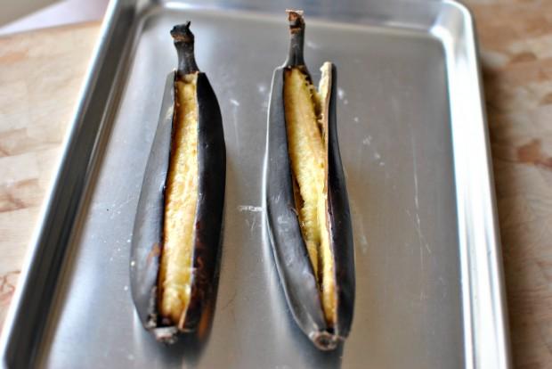 Banana Chocolate Chunk Mini Muffins l www.SimplyScratch.com split
