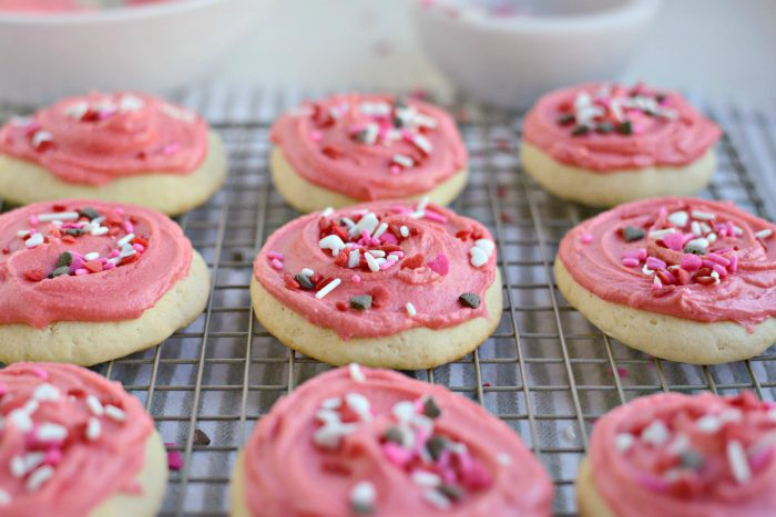 Lofthouse Style Sugar Cookies l SimplyScratch.com #valentinesday #cookies #baking #homemade #lofthouse #sugarcookies