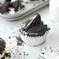 No-Bake Mini Cookies and Cream Cheesecakes