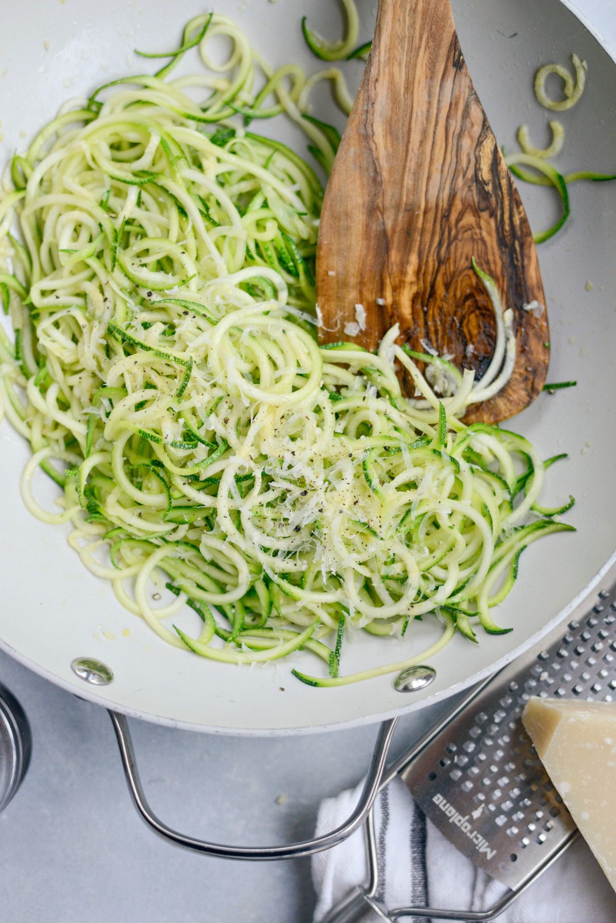 Simple Garlic Parmesan Zoodles l SimplyScratch.com