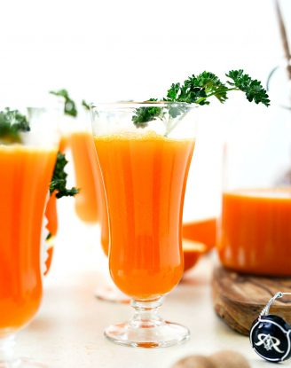 Carrot Orange Mimosa l SimplyScratch.com #easter #brunch #spring #adultbeverage #carrot #orange #champagne #prosecco #sparklingwine #mimosa