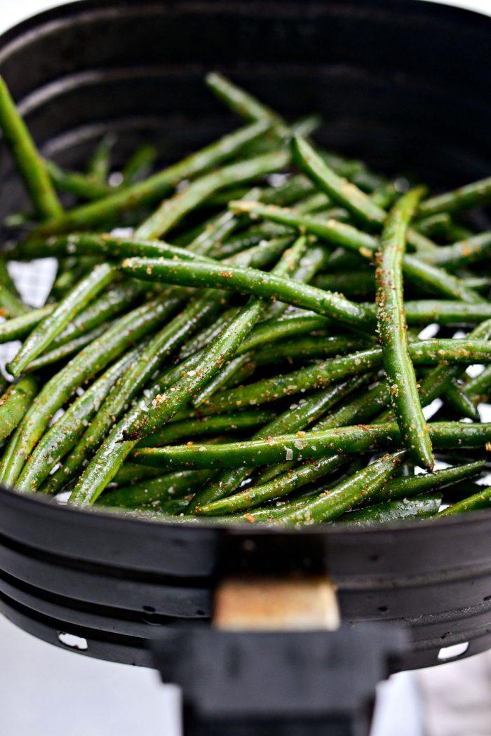 seasoned green beans in air fryer basket