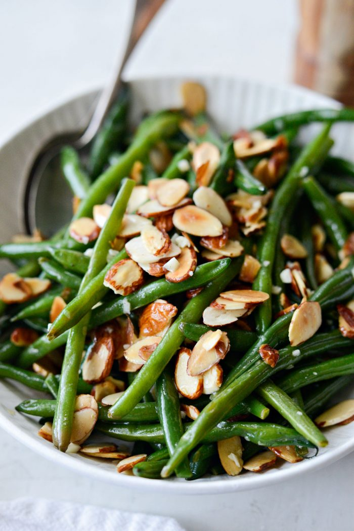side view of garlicky green beans almondine